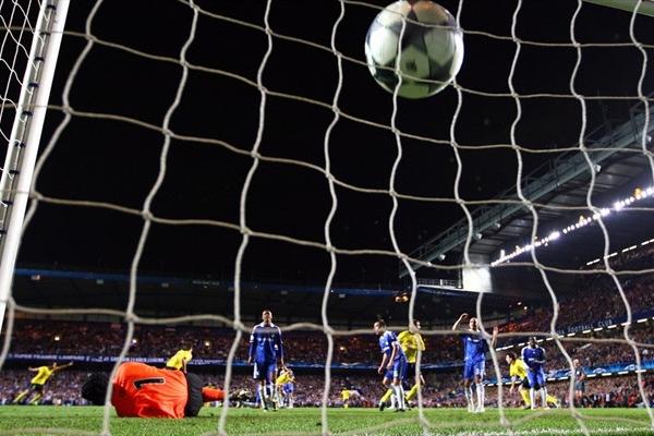 El golazo de Iniesta, desde la portería de Cech